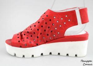 Дамски сандали с перфорация в червено 116 CV
